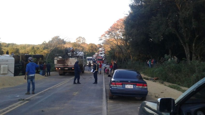 Vuelco de tracto camión obstaculizo transito en Ruta VII