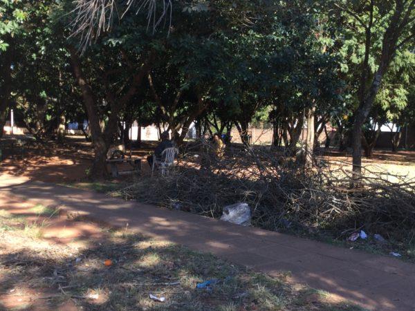 Plaza sucia y abandonada por desidia de autoridades municipales en Caaguazú