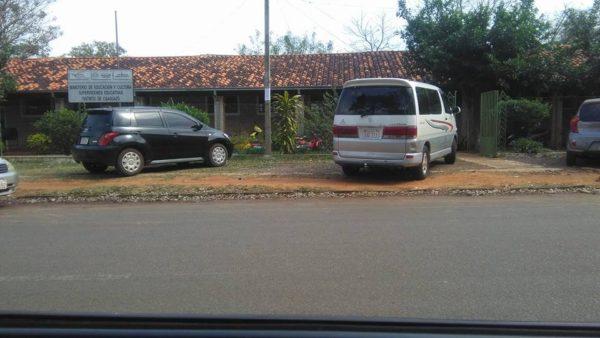 Denuncia Ciudadana: Utilizan vereda de la Supervisión de Caaguazú como estacionamiento