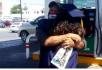 Se graduó y le entregó su diploma a su padre en la gasolinera donde trabaja